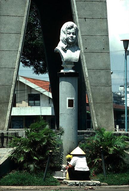 Saigon 1980 - Tượng Quách Thị Trang - Photo by Dick Halstead