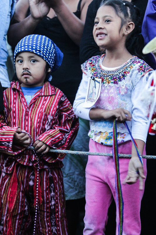 Niños asisten a la Parroquia acompañados de sus padres.