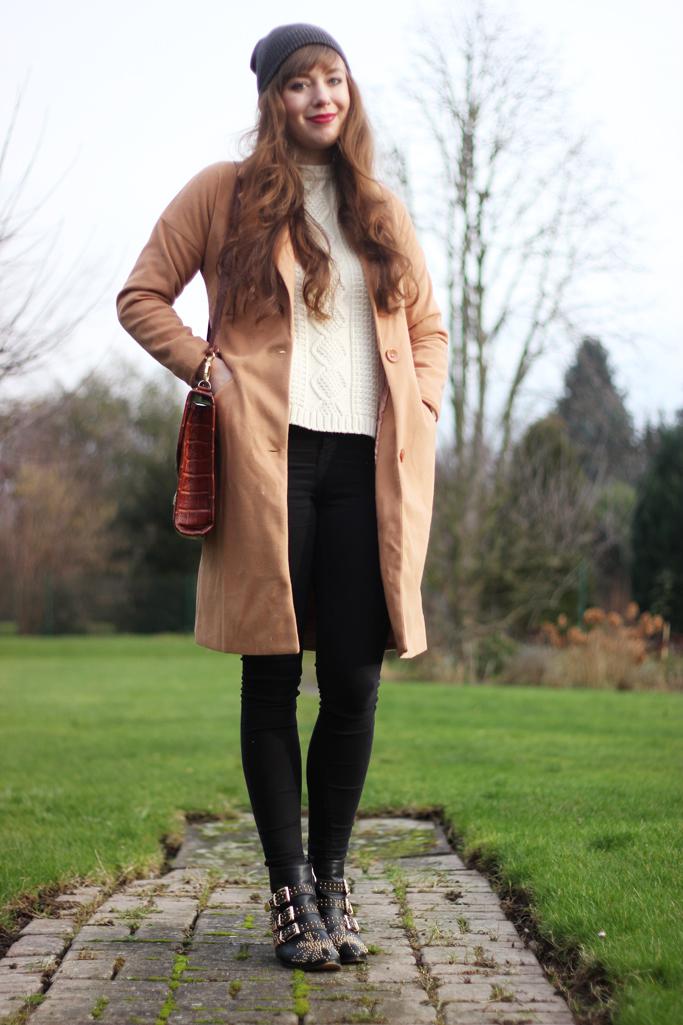 Outfit blogger beanie - black boots choies - choies shoes