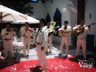 Mariachis amenizando una boda en la Hacienda Villejé, Mexico