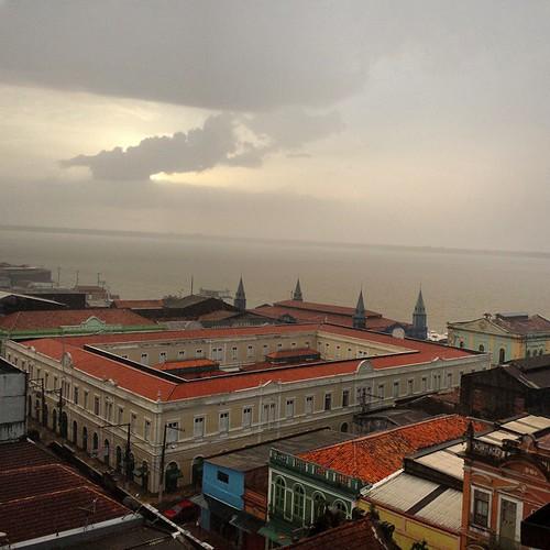 Te decide Morena... Ou é #sol ou é #chuva! #Belémtemdisso #Belém #Pará #Veropeso #rain #Sun #landscape #paisagem .