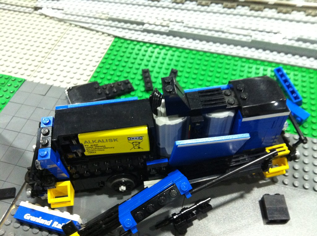 """Diesel shunter Skd 226 """"exploded"""" to show M motor placement and battery (yes, must be disassembled to change battery:-(  )"""