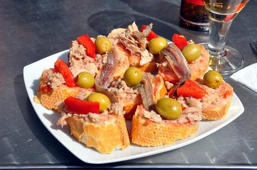 Brød med tun, ansjoser og oliven