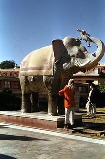 Sadhu ved inngangen til Birlatempelet (1952)