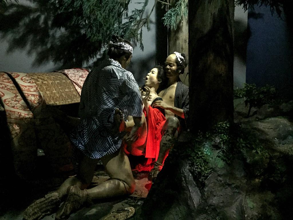 男2人と女1人の人形