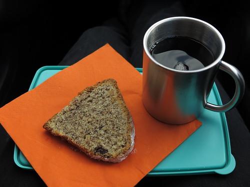 Nusskuchen zu gesüßtem Tee im Corsa