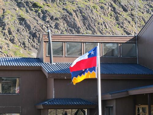 Torres del Paine: trek du W. Jour 5: les drapeaux du Chili (en haut) et de la Patagonie (en bas)