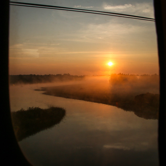 Sunrise and misty river, on the way to Saint Petersburg, Russia ロシア、サンクトペテルブルク行き夜行列車から見た日の出