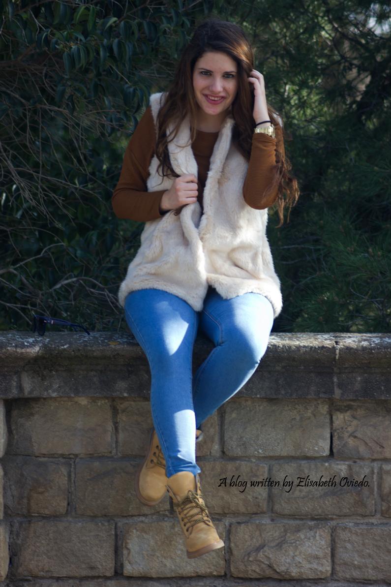 chaleco-de-pelos-blanco-jeans-y-botines-montaña-HEELSANDROSES-(10)