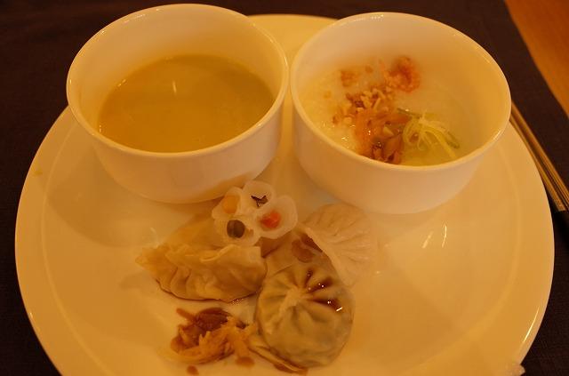 <p>d)4種のディンプサムと韓国粥とアスパラガスのスープ</p>
