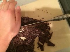チョコレートを細かく刻みます