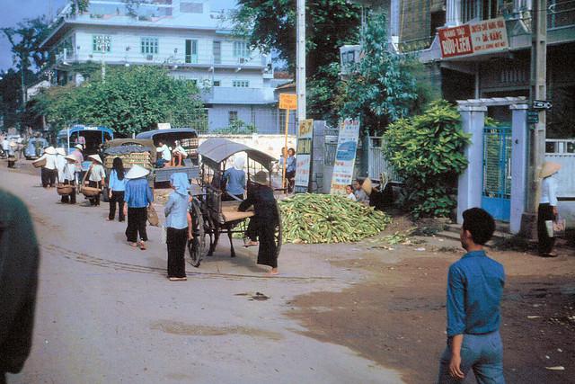1965 - Đường Bạch Đằng, đoạn trước rạp Cao Đồng Hưng - Photo by Bruce Baumler