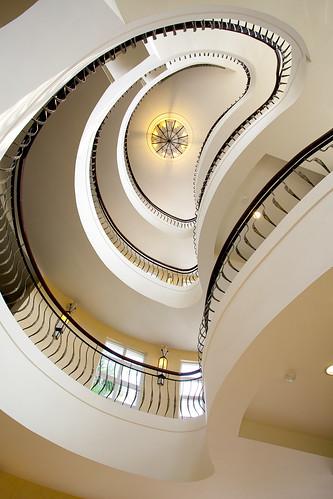 推薦住宿優惠,台南商務會館冬春旅展方案-小資也可豪華出遊_客房內部旋轉樓梯