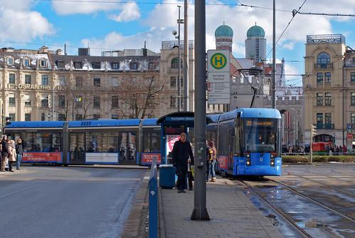 Variobahn 2302 wendet über die Königshof-Schleife am Stachus