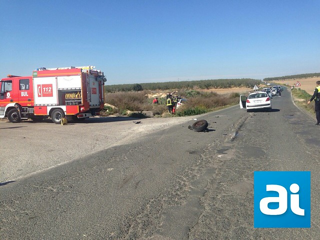 AionSur 16507401698_87be4dd502_z_d Accidente entre dos turismos por un adelantamiento en la carretera Morón-Arahal Sucesos