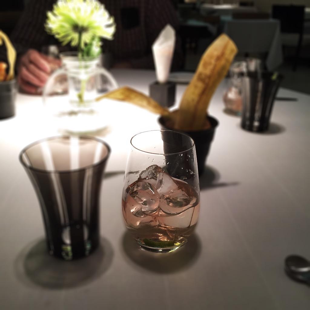 Vermouth Zarro con jugo de lima acompañado de chips de plátano y almendras tostadas