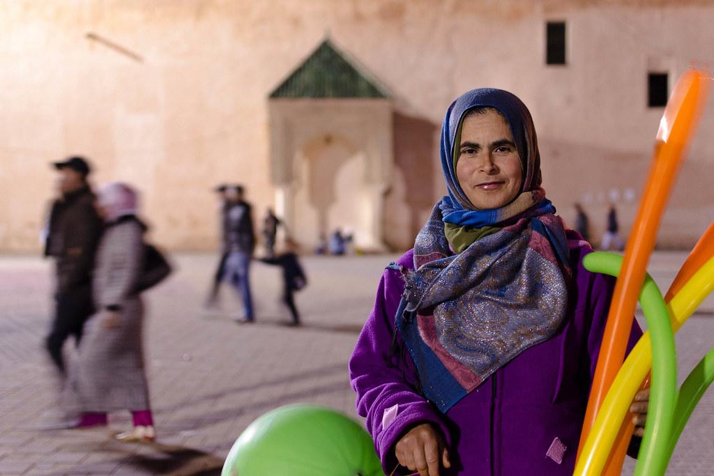 Vendedora de globos en Meknès