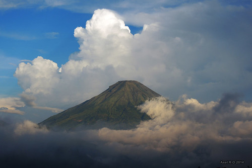 mountain indonesia volcano java nuages montagnes volcan diengplateau jawatengahcentraljava gunungsindoro