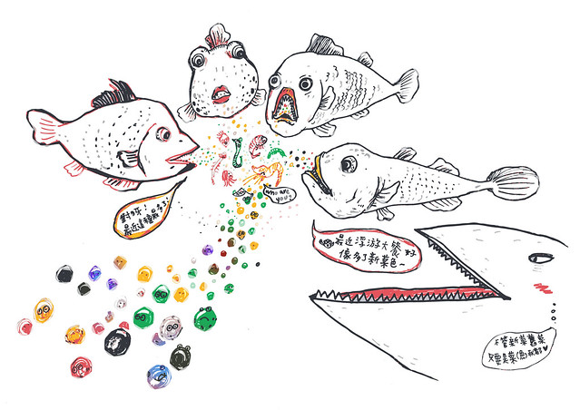 幾條魚圍在一起吃晚餐,盤子裡有塑膠微粒夾雜浮游生物。魚爸:媽媽,這新菜色?魚媽:對呀最近這種菜最多了;繪圖:湯翊羚。點圖放大更清楚喔。