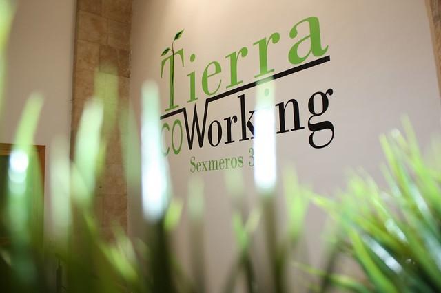 Logotipo de Tierra Coworking en su acceso