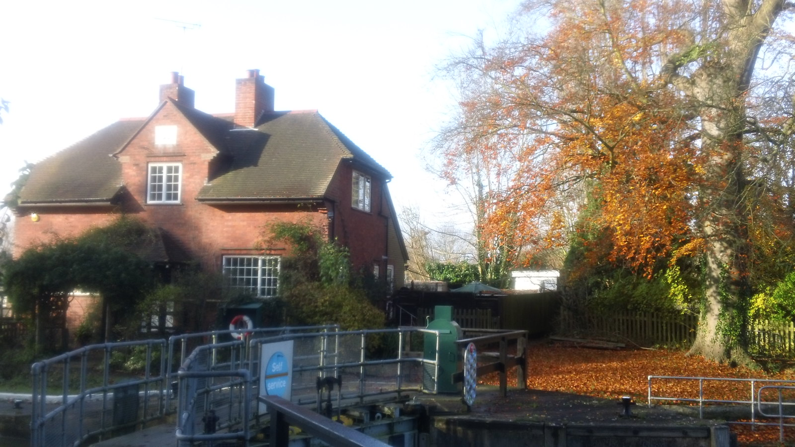 Sonning Lock in late Autumn
