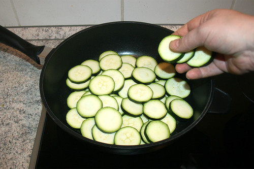 23 - Zucchinischeiben addieren / Add zucchini slices