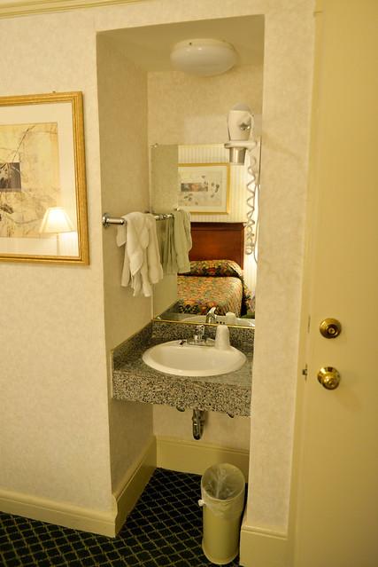 【小洗手台】美國的飯店很多都把洗手台和浴室分開