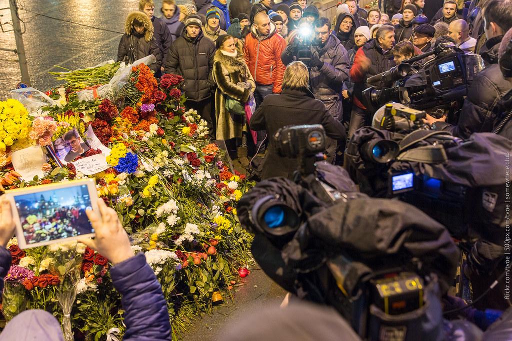 Телекамеры, цветы и люди на месте гибели Бориса Немцова