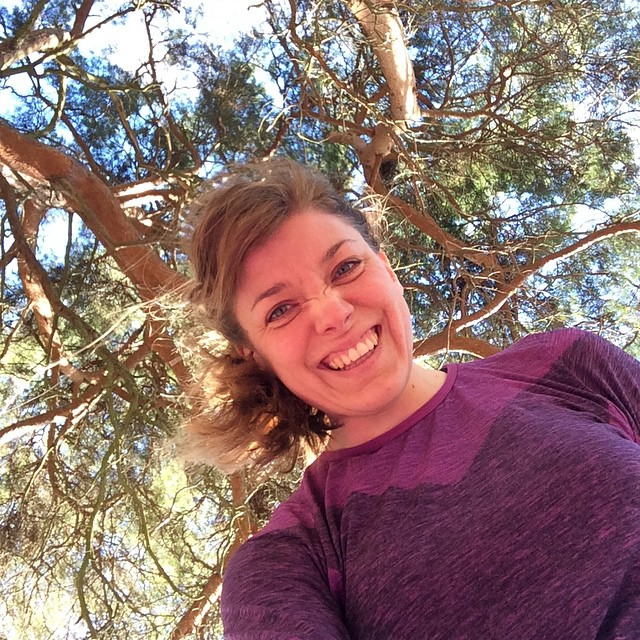 Så peppad på att yoga barfota utomhus i solen under ett träd med myrorna!