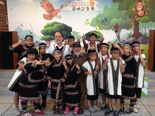 南投林管處處長張岱、繽紛丹巒導演劉燕明與潭南國小布農之子合影。