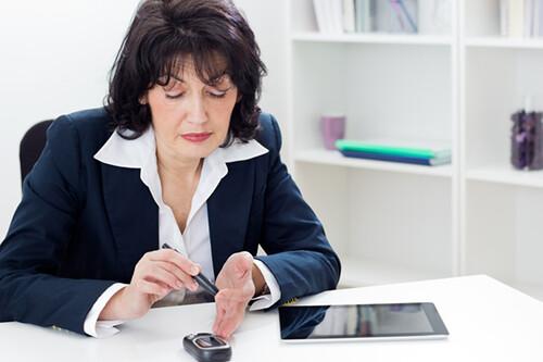 Kiểm soát đường huyết tốt hơn với máy đo đường huyết ở nơi làm việc