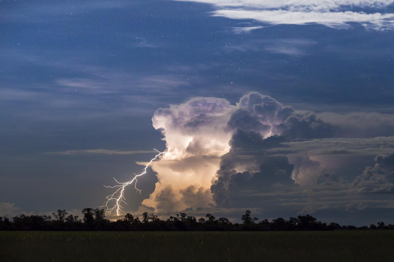 Los rayos de una tormenta que se desata a lo lejos son capturados en una toma de larga exposición.