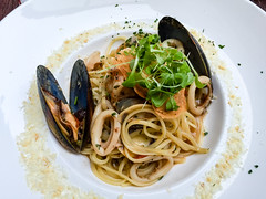 bucatini(0.0), produce(0.0), carbonara(0.0), spaghetti alle vongole(1.0), spaghetti(1.0), pasta(1.0), clam sauce(1.0), spaghetti aglio e olio(1.0), linguine(1.0), food(1.0), dish(1.0), cuisine(1.0),