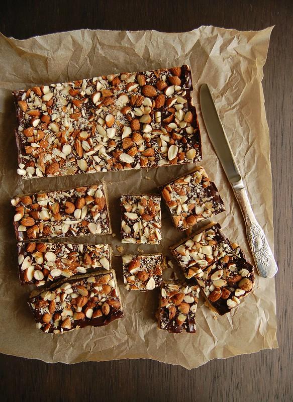 Toffee squares / Quadradinhos de biscoito com chocolate e amêndoa