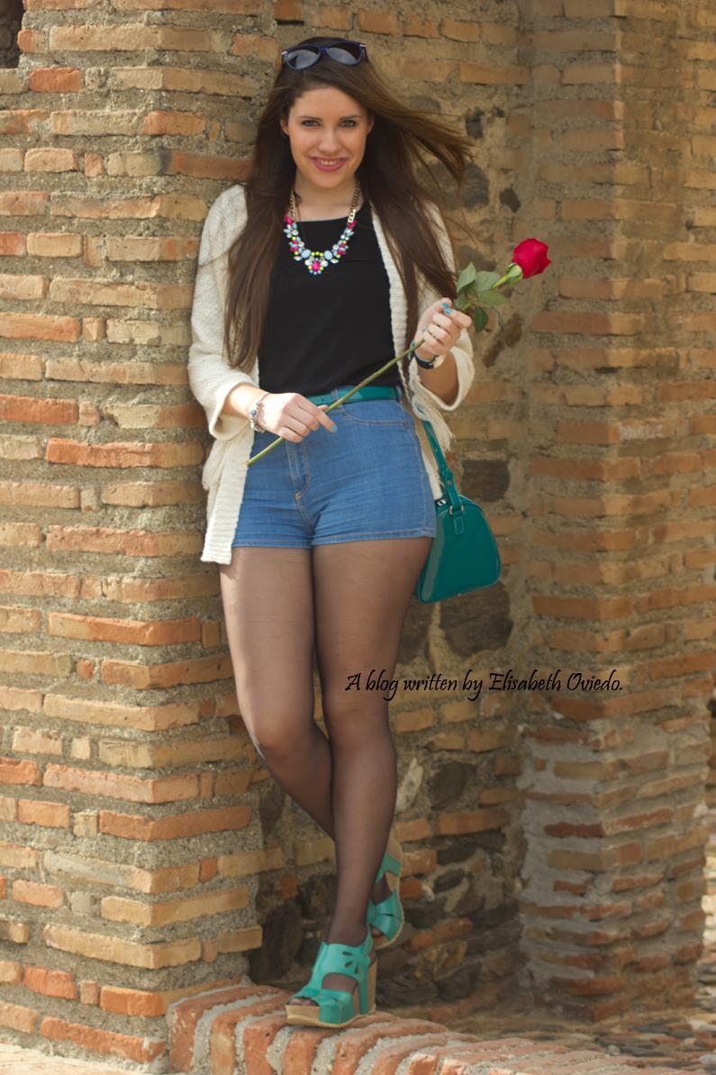poncho blanco con shorts denim y tacones HEELSANDROSES (2)