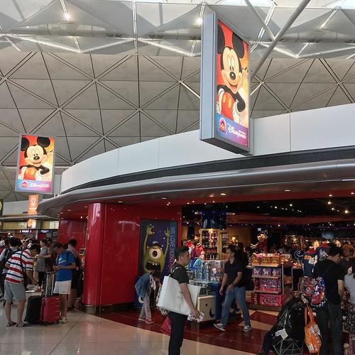 空港にある香港ディズニーランドのショップ。