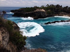 We hired a motorbike to ride around the incredible shoreline of Isla Lembongan, Bali, Indonesia • • • • • #lembongan #waves #indonesia #artofvisuals #athomeintheworld #awesome_earthpix #awesome_photographers #awesomeearth #awesomeglobe #TLPicks #bestplace