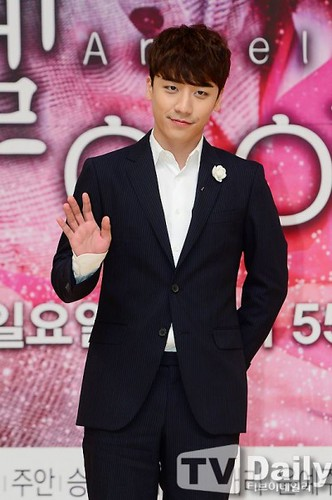 seungri_angel_eyes_press_conference_140403_018-400x602