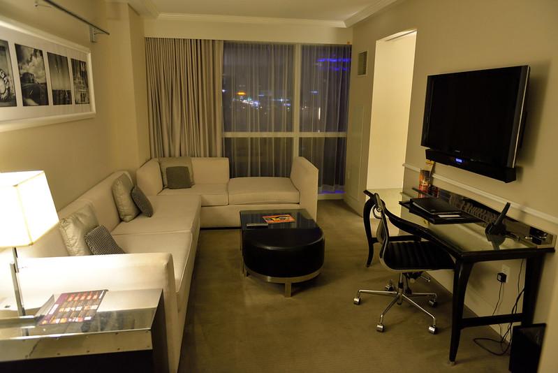 【客廳】超大豪華客廳,還有 L 型沙發,書桌也相當舒適。飯店有提供免費的無線網路。