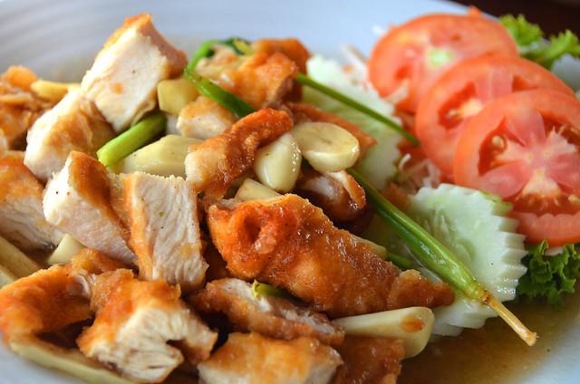 Comida tailandesa, pollo con almendras en salsa