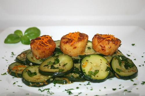 35 - Scallops in zucchini basil vegetables / Jakobsmuscheln auf Zucchini-Basilikumgemüse - Seitenansicht
