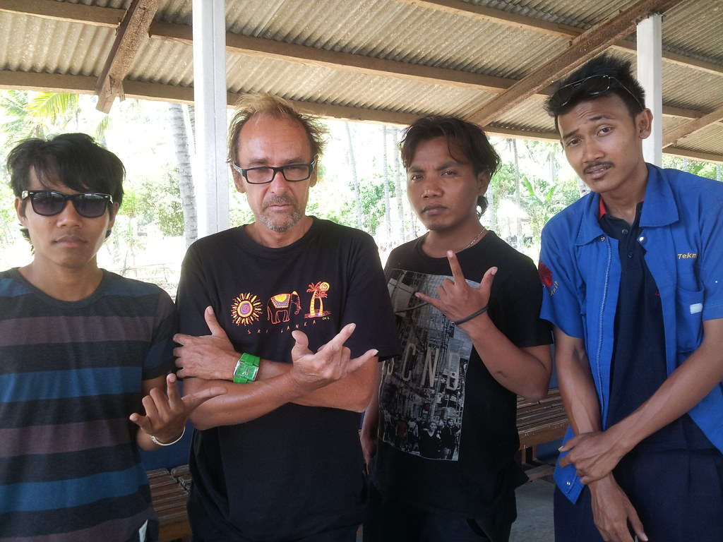 Fantasy band / punk rock alternative / Lombok Indonesia . Holik guitare chant Egy bass Lan drums