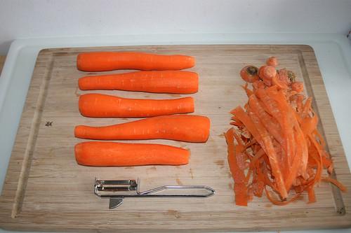 16 - Möhren schälen / Peel carrots