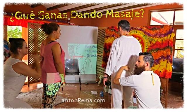 Antonio Reina dando masaje Sentado Amma durante el Día Mundial del Reiki 2014 en Murcia