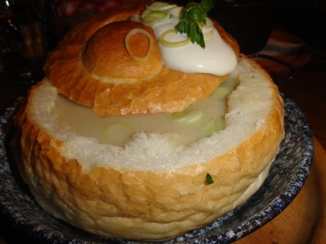 Knoblauchsuppe in der Semmel, Restaurant Fatal