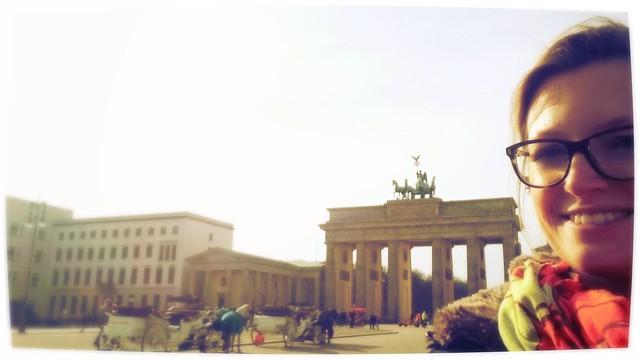 Ich vor dem Brandenburger Tor in Berlin.