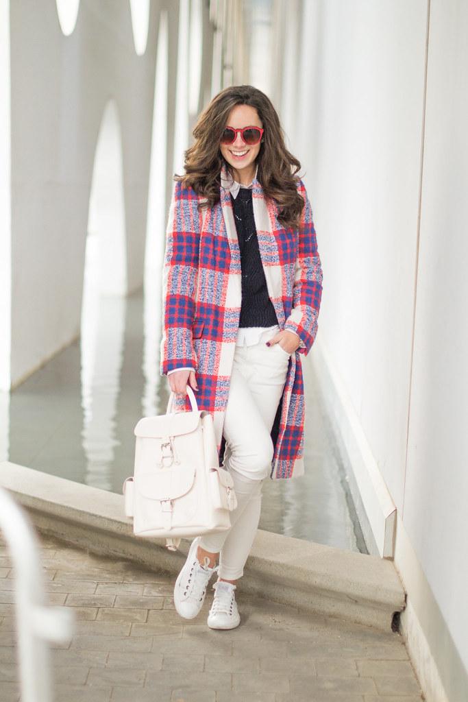Cómo sorprender con una mochila blanca en tu look