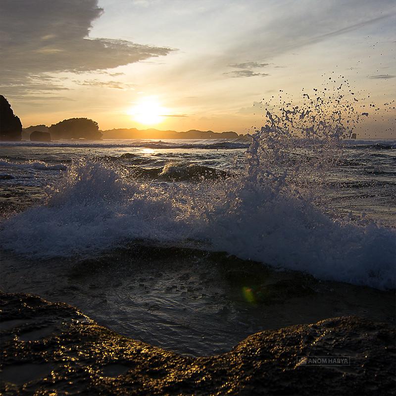 Ombak yang dipecah bebatuan di Pantai Goa Cina