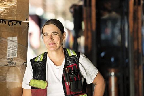 Female Smiling Worker in Safety Vest / Travailleuse souriante avec un gilet de sécurité