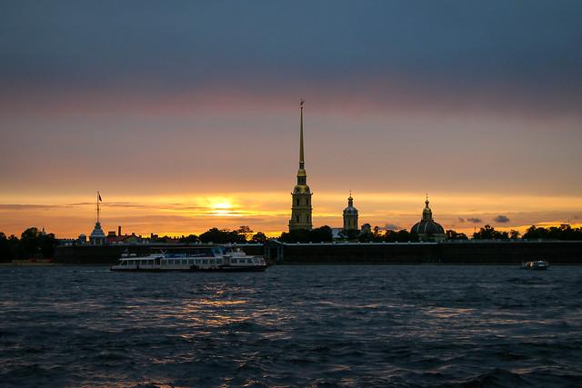 The sun beginning to fall, Saint Petersburg, Russia サンクトペテルブルク、ペトロパブロフスク聖堂に沈みかけた夕日
